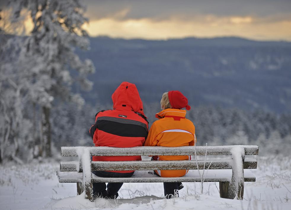 12. Парочка сидит на скамье на горе Калер в Винтерберге, Германия, 13 декабря. (AP/Mark Keppler)