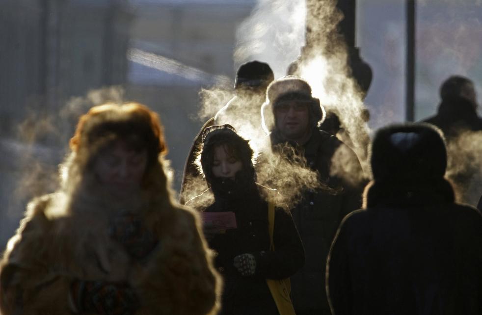 13. Люди идут по улице в Москве 15 декабря. Во вторник суровый мороз схватил столицу России в свои ледяные объятия, после того как рекордно теплая погода в начале декабря уступила место температуре до -25° по Цельсию. (AP/Mikhail Metzel)