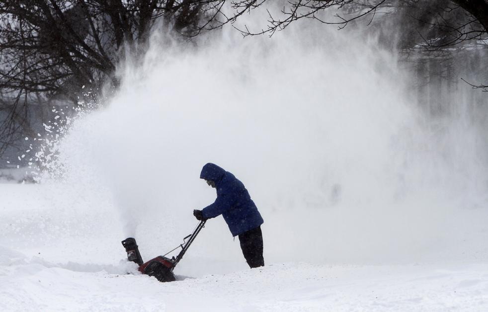 16. Местный житель расчищает снег на дорожке к своему дому 9 декабря в Де-Мойне, штат Айова. В некоторых частях Айовы, Висконсина и Иллинойса выпало более 30 см снега. Метеорологические службы предупреждают о «чрезвычайно опасных условиях видимости» в этих штатах. Порывы ветра до 80 км/час создают снежные наносы в 2-4 метров высотой. (AP/Charlie Neibergall)