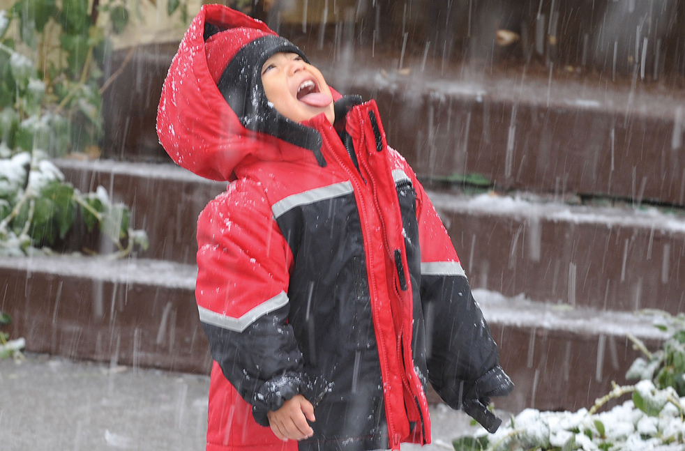 21. Роко Скарп пытается поймать снежинки ртом в центре Прескотта, штат Аризона, 7 декабря. В ночь на 8 декабря метель в этом районе должна была усилиться. (The Daily Courier/Les Stukenberg)(