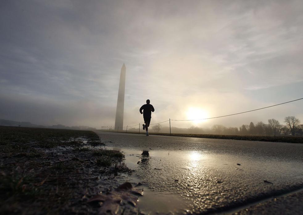 23. Человек бежит недалеко от монумента Вашингтона в раннем утреннем тумане в Вашингтоне 14 декабря. (AP/Gerald Herbert)