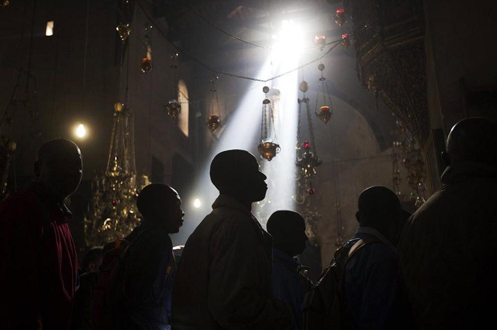 1. Африканские паломники 20 декабря в Гроте Рождества Христова. Христианские паломники пришли к месту рождения Иисуса Христа, чтобы отпраздновать Рождество. (Menahem Kahana, AFP / Getty Images)