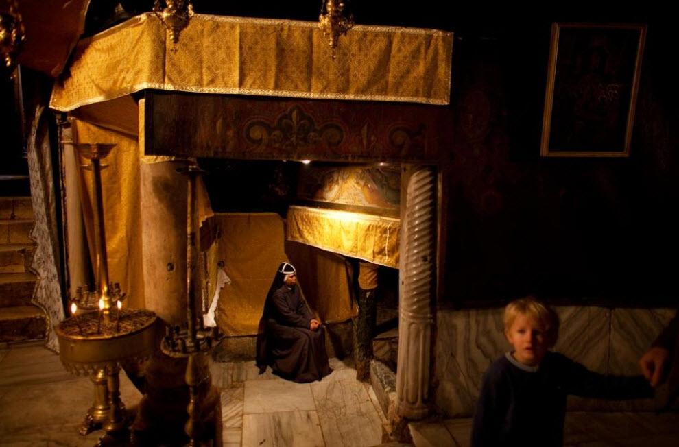 9. Монахиня молится в Гроте Рождества Христова 21 декабря. (Uriel Sinai, Getty Images)