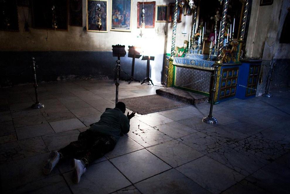 10. Посетитель молится в Гроте 21 декабря.