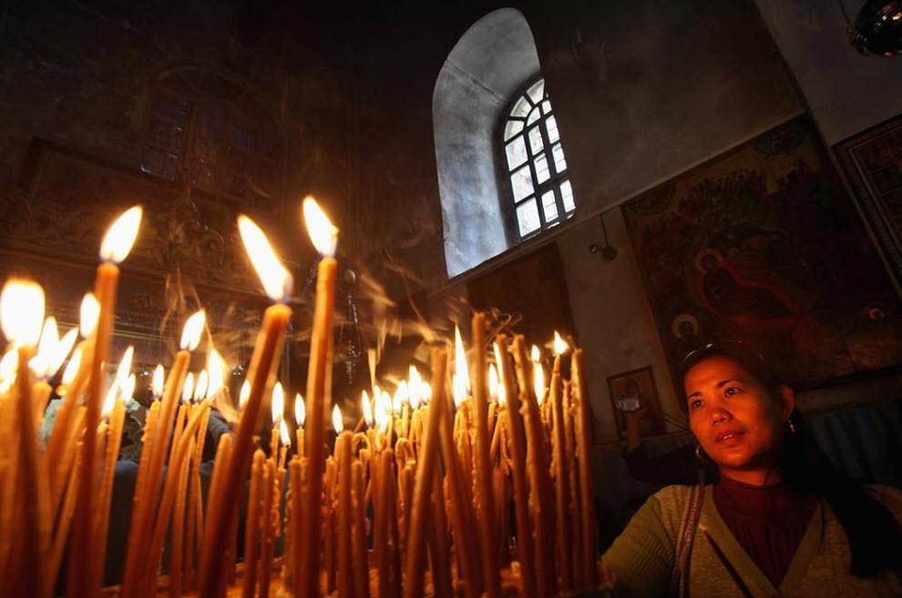 11. Христианка зажигает молитвенные свечи 20 декабря. (David Silverman, Getty Images)