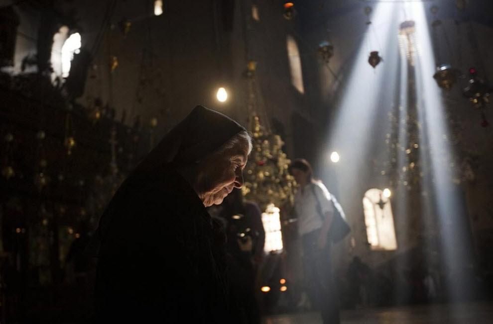 12. Монахиня в церкви 20 декабря. (Menahem Kahana, AFP / Getty Images)