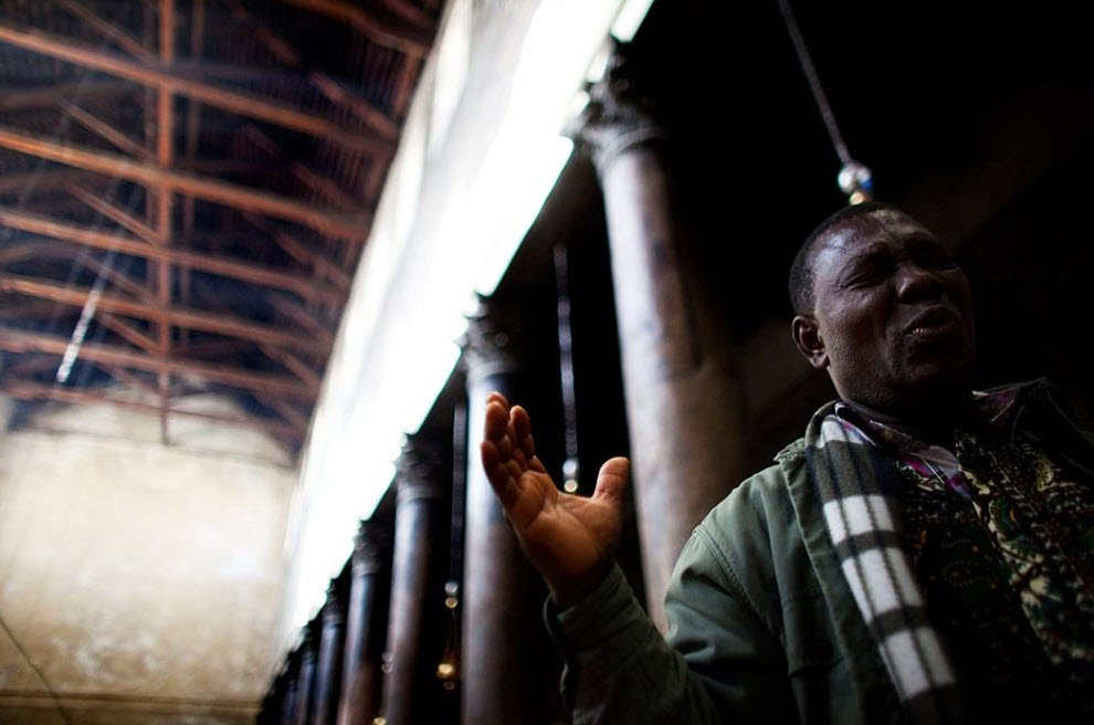 13. Посетитель молится в Гроте Рождества Христова 21 декабря в Вифлееме. (Uriel Sinai, Getty Images)