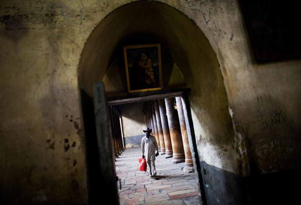 14. Посетитель идет мимо скамеек в Гроте Рождества Христова21 декабря. (Uriel Sinai, Getty Images)