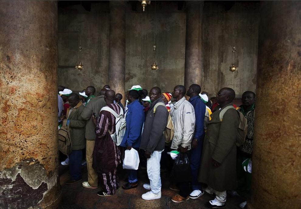 15. Африканские христианские паломники посещают Грот Рождества Христова20 декабря. (Menahem Kahana, AFP / Getty Images)