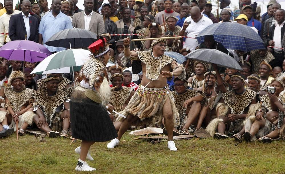 """3) Однако в разряд супруг по традиционному праву зулусов Мадиба (справа на снимке), перешла только теперь, после проведения церемонии """"удендве"""" – то есть представления избранницы старейшинам рода жениха."""