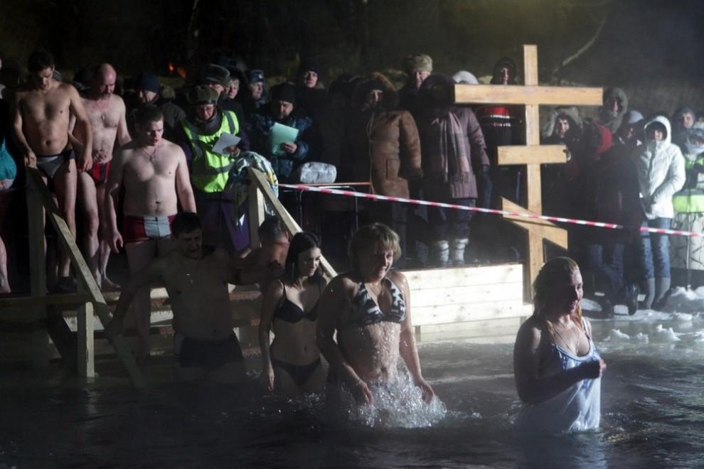 3) Верующих не останавливают даже суровые морозы: во время зимних купаний на Рузе температура воздуха составляла -24 градуса.