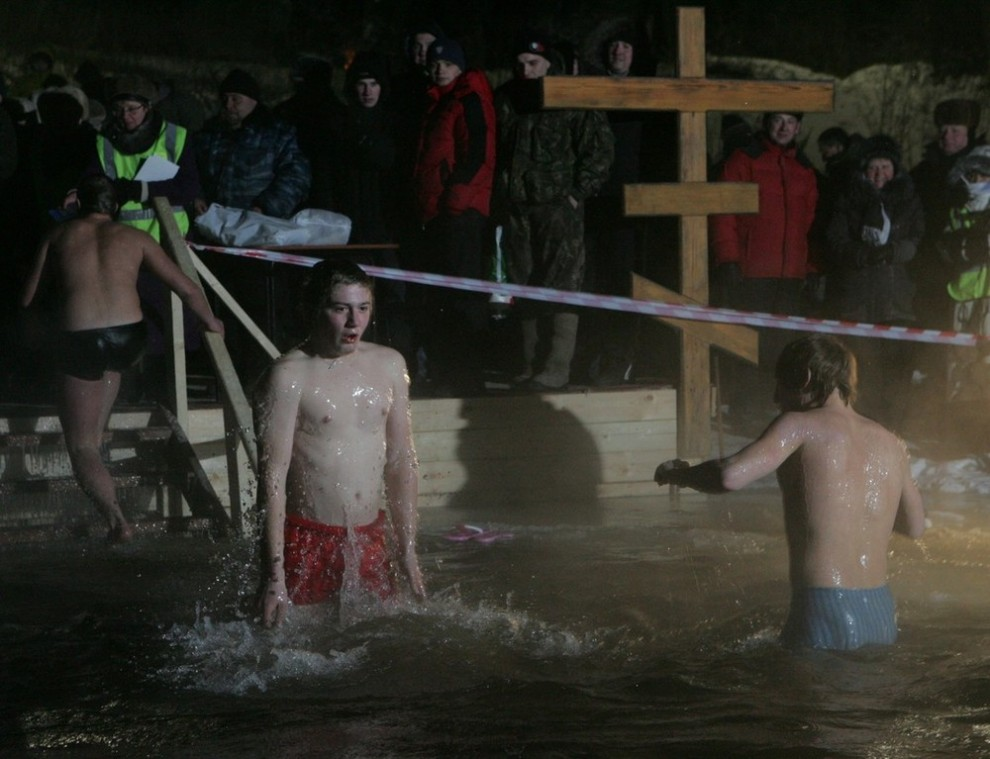 6) В связи со сложившимися погодными условиями, и медики, и РПЦ просили неподготовленных людей не купаться.