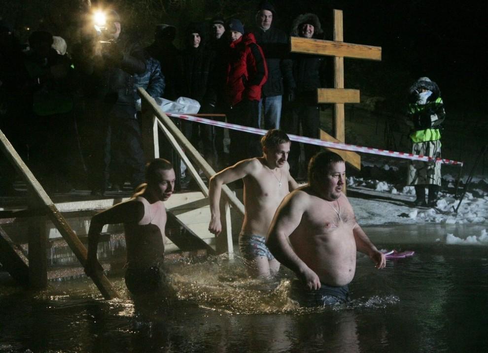 7) Как выяснили социологи , что лишь 6% россиян собираются отметить праздник Крещения купанием в проруби. 48% респондентов планируют ограничиться походом в храм за святой водой.
