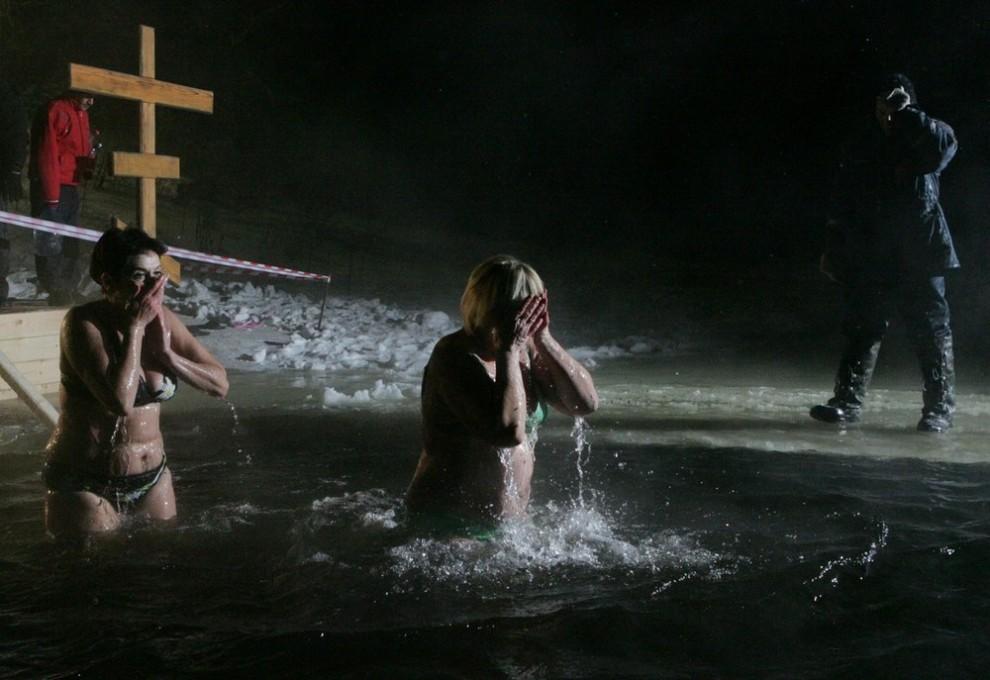 """8) Но тем не менее, на берегу реки Руза в Крещенскую ночь собрались желающие """"смыть"""" с себя все хвори и недуги и, как говорят поверья, """"запастись здоровьем"""" на целый год вперед."""