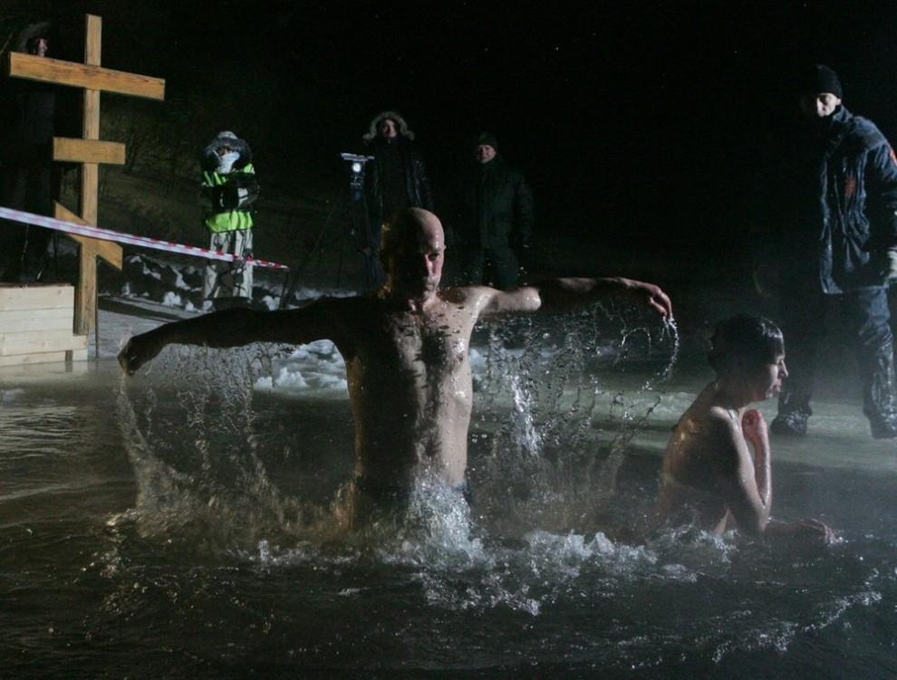 9) По традиции, окунаться в священные воды нужно трижды, и желательно с головой.