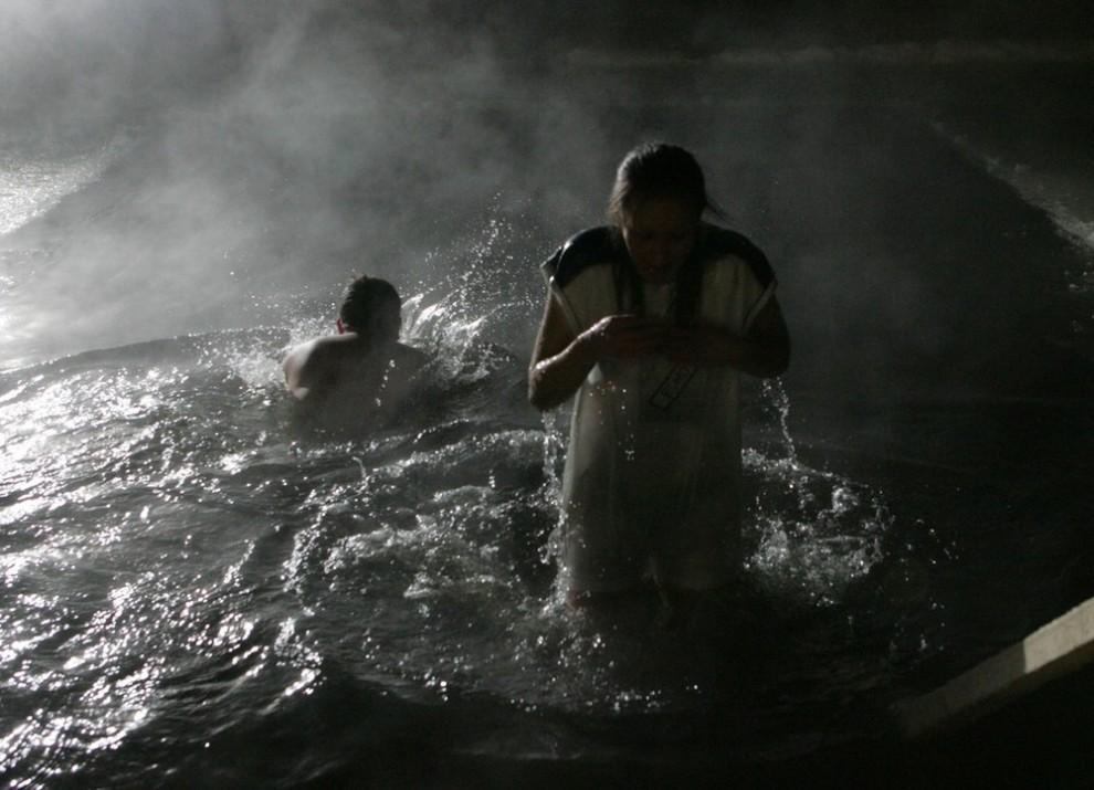 12) Однако распространенное представление, что купание в Крещение безопасно для здоровья – обманчиво. Традиционно процедуры ледяного омовения заканчиваются для ряда граждан неприятностями: ежегодно в день Крещения количество людей, утонувших или погибших от переохлаждения, больше, чем в другие зимние дни.