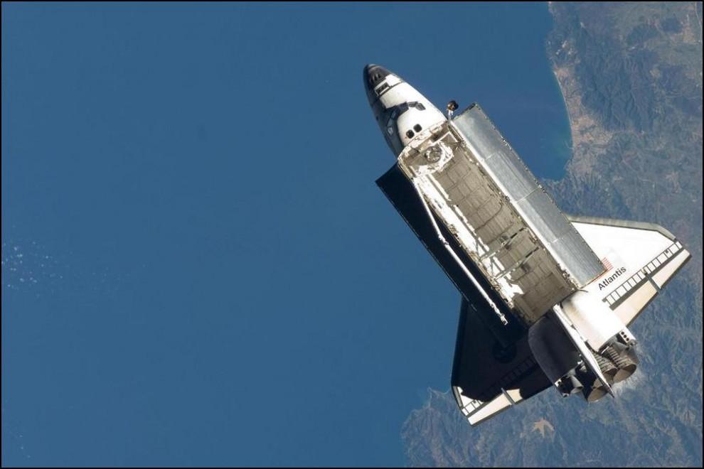 1) © NASA // Челнок ``Атлантис`` снят с борта МКС над побережьем Алжира.