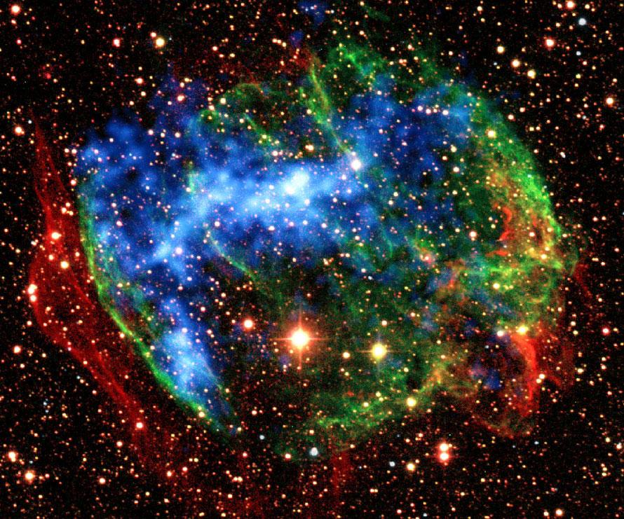 1. На этом снимке, предоставленном НАСА, показано несколько инфракрасных снимков с земли (красный, зеленый), сделанных с помощью обсерватории Чандра в остатках сверхновой W49B. Изучение двух остатков сверхновой с помощью японско-американской обсерватории «Сузаку» открыло не виданные до сих пор тлеющие огоньки метеоров высоких температур, последовавшие после взрывов. Даже спустя тысячи лет газ в этих звездных останках сохранил след температур в 10 000 раз выше, чем температура поверхности солнца. «Сузаку» нашла еще один древний метеор. Обсерватория опознала рентгеновские лучи, произведенные когда сильно ионизированные железные атомы восстановили электрон. (AP Photo/NASA)