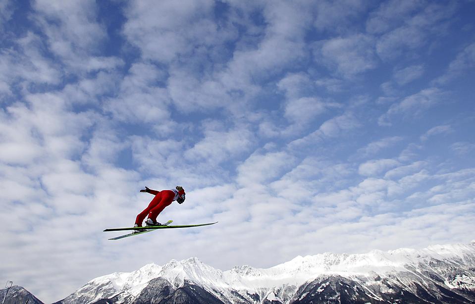 1. Грегор Шлиренцауэр из Австрии парит в воздухе на «Турнире четырех трамплинов» в Инсбруке, Австрия. Он выиграл третий этап и стал лидером в общем зачете. (Dominic Ebenbichler/Reuters)