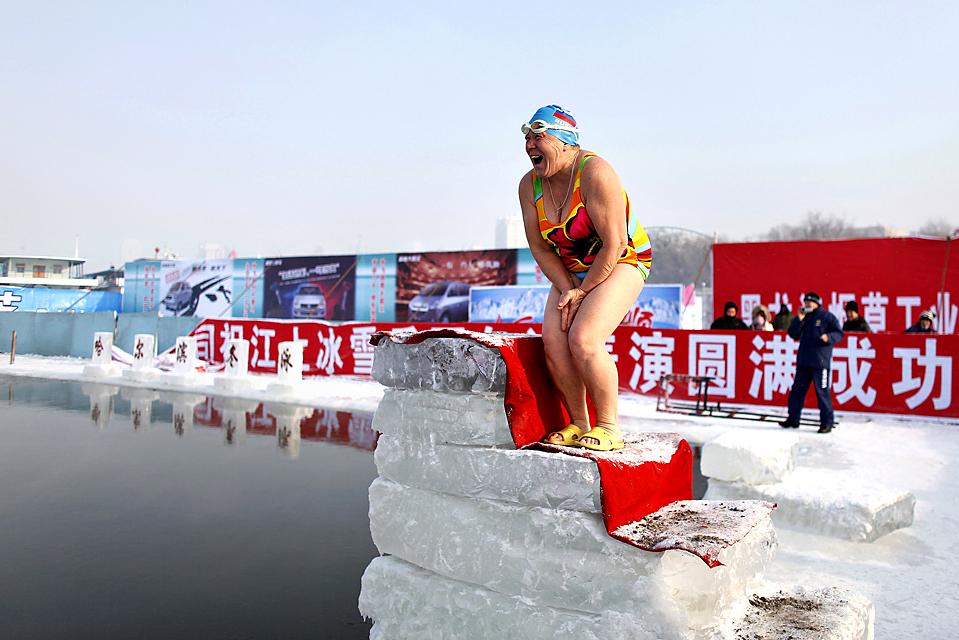 2. Женщина готовится прыгнуть в холодные воды реки Сунхуа в Харбине, провинция Хэйлунцзян, Китай. (Aly Song/Reuters)