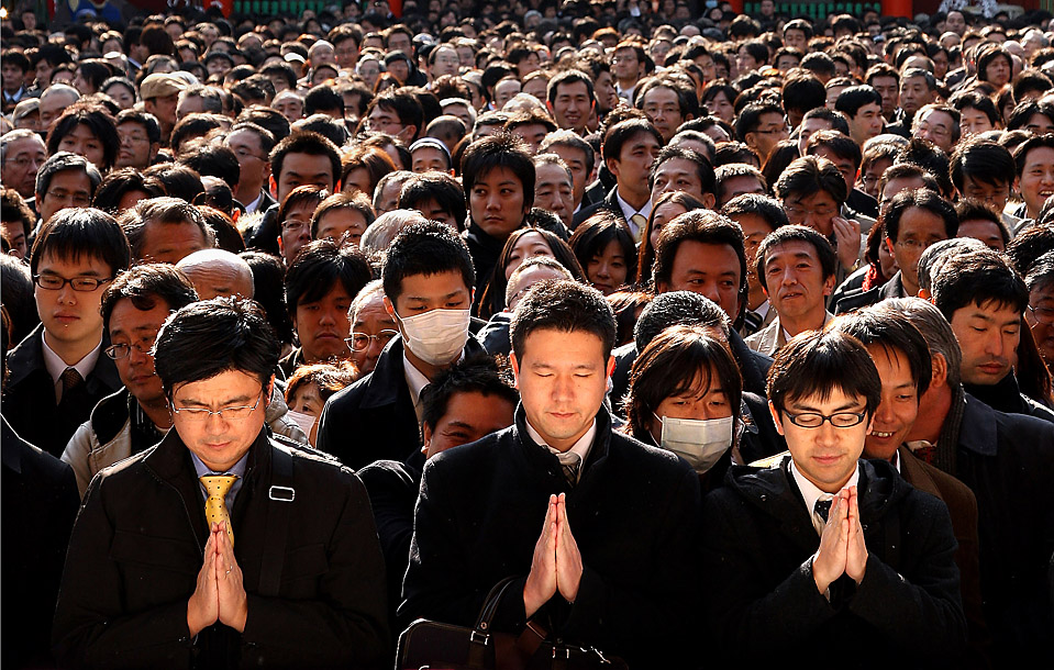 5. Японские бизнесмены молятся за удачный финансовый год у храма Канда в Токио. В первый торговый день 2010 года акции Токио возросли. (Junko Kimura/Getty Images)