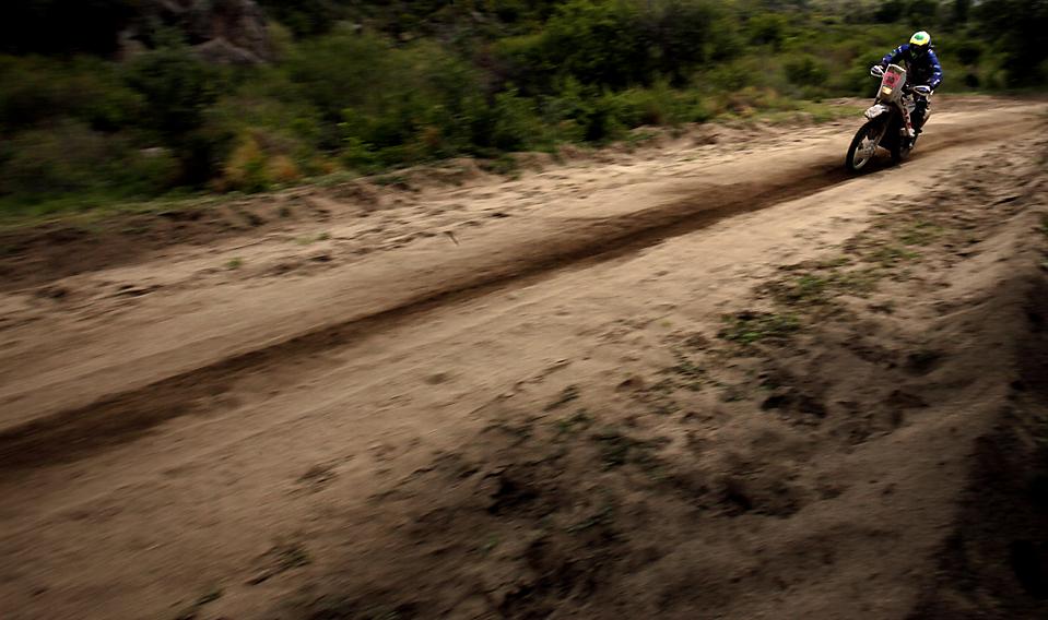 8. Бразилец Тиаго Фантоцци едет на мотоцикле во время второго этапа ралли Дакар 2010 Аргентина – Чили. (Natacha Pisarenko/Associated Press)