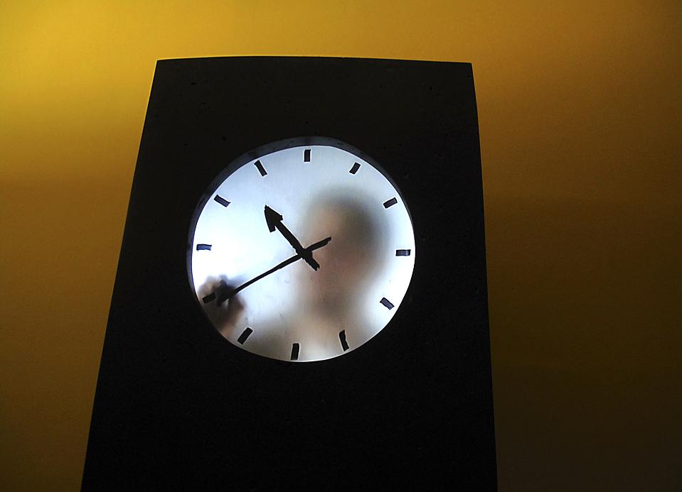 9. Мужчина в «человеческих часах» отмечает маркером время в Амстердамском музее «Rijksmuseum». Он отмечает время каждую минуту. (Yannis Behrakis/Reuters)