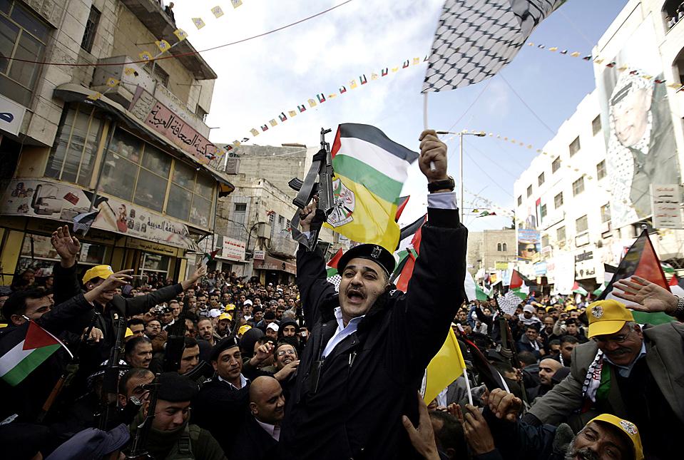 11. Палестинский полицейский на митинге в честь годовщины основания памятника Фатах в Хеброне, Западный берег реки Иордан. (Ammar Awad/Reuters)