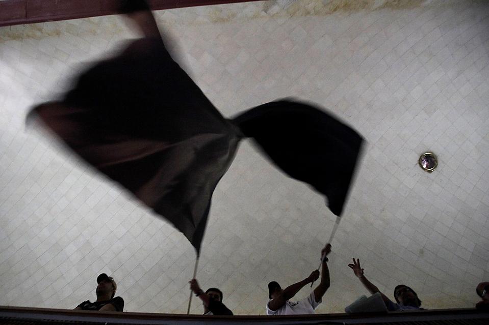 12. Горные рабочие комплекса «Chuquicamata» во время забастовки в Каламе, Чили. Рабочие протестуют против задержек зарплаты компанией «Коделко».(Ivan Alvarado/Reuters)