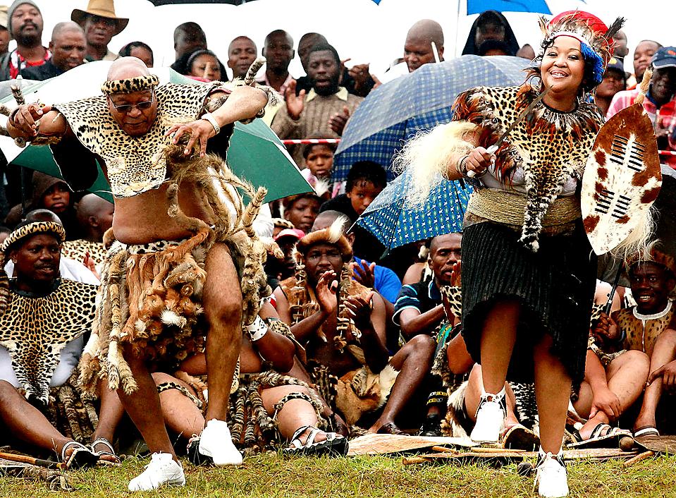 13. Президент ЮАР 67-летний Джейкоб Зума (слева) поет и танцует в традиционном костюме Зулу со своей новой женой 38-летней Тобекой Мадиба на традиционной свадебной церемонии в Нкандле. Мадиба – третья жена президента – вышла замуж за мистера Зума по южно-африканским законам. (Rajesh Jantilal/Agence France-Presse/Getty Images)