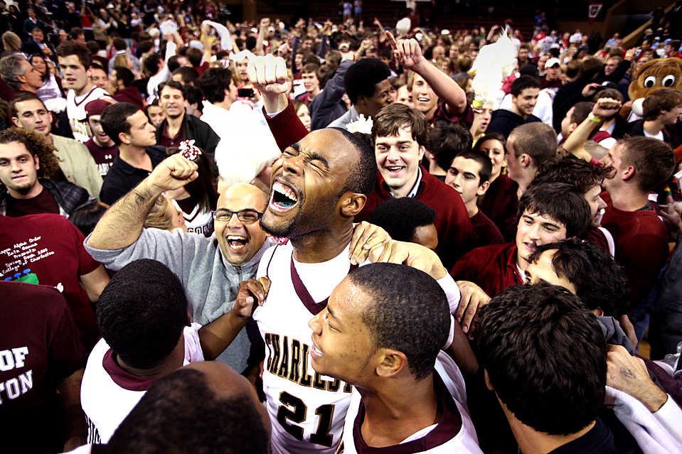 1. Джереми Симмонс из «College of Charleston» (№21) празднует с фанатами победу своей команды над «North Carolina» со счетом 82-79 в овертайме в Чарльстоне, Южная Каролина. (Mic Smith/Associated Press)