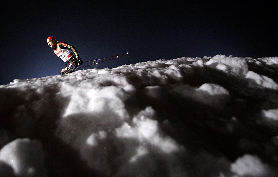 4. Тобиас Ангерер из Германии участвует в отборочном соревновании по мужскому фристайл спринту в Праге. Petr David Josek/Associated Press)