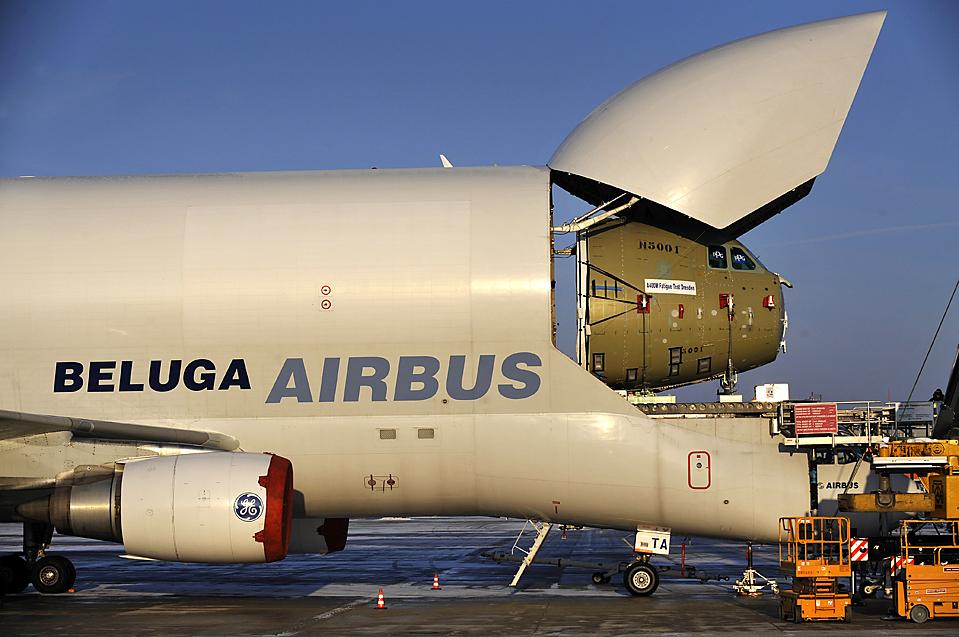 5. Техники отделяют нос военного самолета A400M от самолета «Airbus Beluga» в аэропорту в Дрездене. A400M мог быть снят с вооружения за превышение бюджета, что вызвало еще большее давление на европейское правительство, пытающееся профинансировать проект. (Matthias Rietschel/Associated Press)
