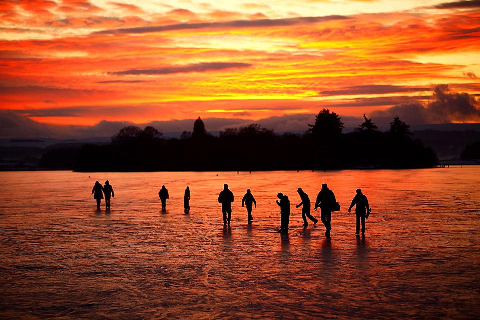 7. Люди идут по замерзшему озеру Ментейт в Шотландии. Метеорологи предсказывают, что морозы могут продлиться до середины января. В некоторых частях страны температура упала до -15 по Цельсию. (Jeff J. Mitchell/Getty Images)