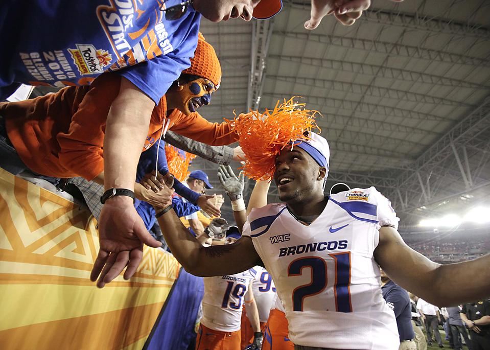 10. Джамар Тэйлор (21) из «Boise State» празднует с фанатами победу своей команды над «Texas Christian University» со счетом 17-10 в Глендэйле, Аризона. (Ross D. Franklin/Associated Press)