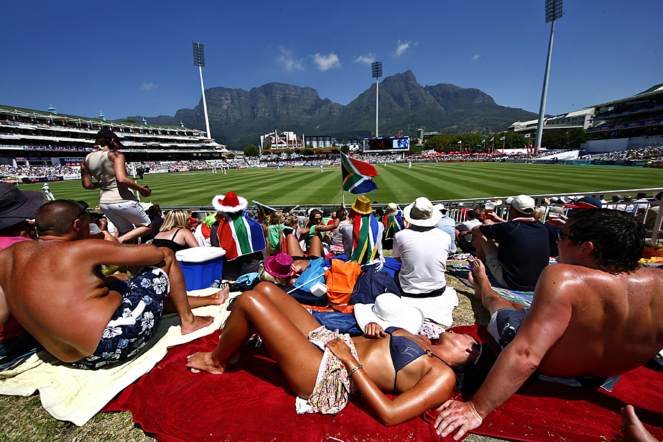 2. Фанаты крикета наслаждаются солнечной погодой в Кейптауне на матче Англии со сборной ЮАР на стадионе «Ньюлэндс». (Nic Bothma/European Pressphoto Agency)