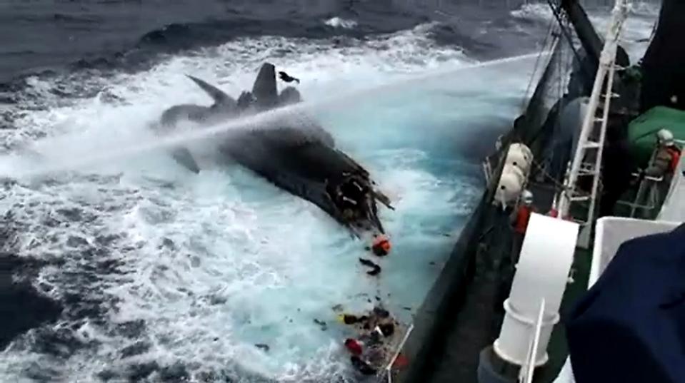 5. На кадре из видео видно, как японское судно «Шонан Мару» брызгает струей воды на судно экологов «Sea Shepherd Conservation Society» после того, как, по обвинению экипажа корабля, «Шонан Мару» протаранил его в Антарктике, распилив почти пополам. Экипаж экологического судна по защите китов смог перебраться на другое судно. (The Institute of Cetacean Research/Reuters)
