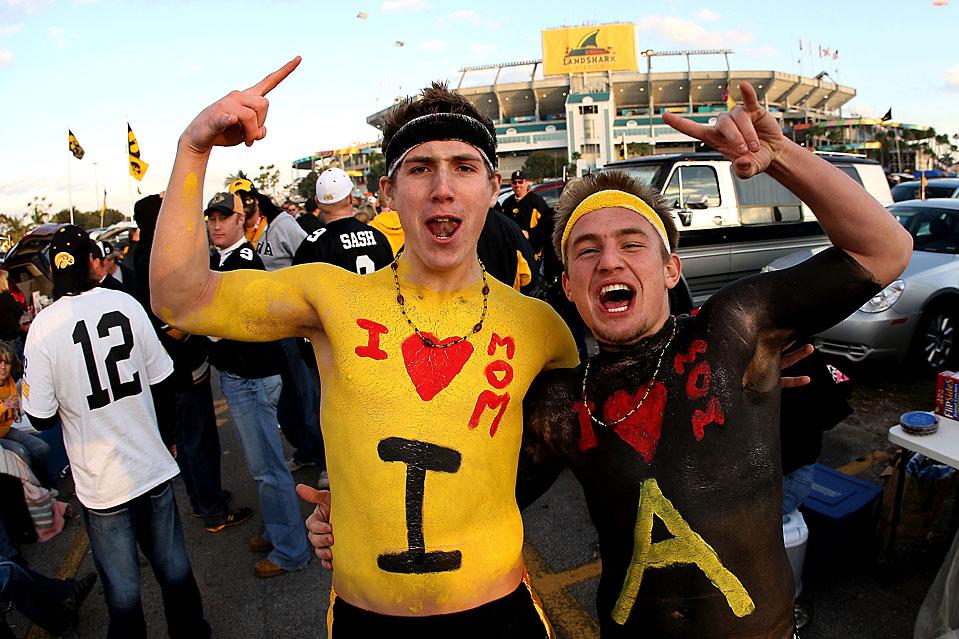 7. Фанаты команды «Iowa Hawkeye» Крис Хопкинс и Аарон Геттерланд проявляют любовь к своей команде – и своим мамам – на стадионе «Лэнд Шарк» в Майями Гарденс, штат Флорида, где их любимая команда выиграла у «Georgia Tech» со счетом 24-14 в борьбе за кубок «FedEx Orange Bowl». (Streeter Lecka/Getty Images)