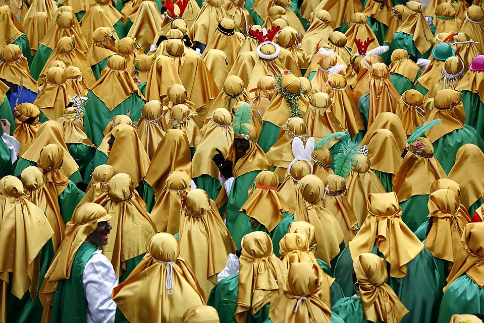 8. Люди в костюмах бедуинов принимают участие в крещенском параде в Севилье, Испания. (Marcelo del Pozo/Reuters)