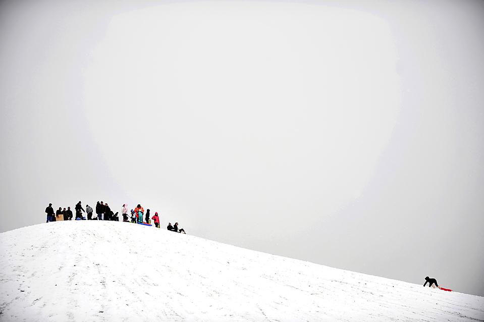 14. Ребенок взбирается по холму во время катания на санках в Лондоне. В среду морозы продолжали держать столицу Великобритании в ледяной хватке, продолжая способствовать задержке транспорта, рейсов и полетов. (Kieran Doherty/Reuters)
