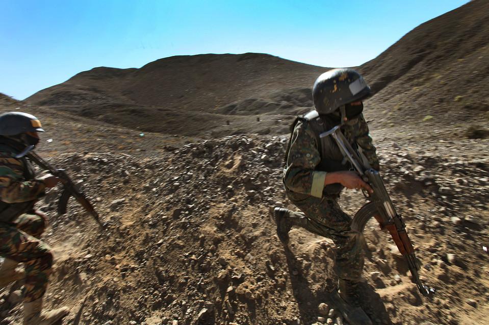 2.  Anggota Dinas Keamanan Sentral Yaman selama latihan di luar ibukota, Sana'a Yaman pada hari Rabu.  (Karim Ben Khelifa untuk The Wall Street Journal)