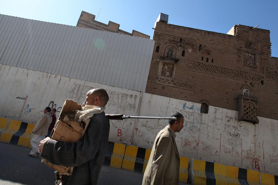 4.  Tetapi pada Rabu, Laksamana Mullen mengesampingkan pengaruh langsung militer AS di Yaman, mengatakan bahwa pengaruh AS akan terbatas pada pendanaan dan membantu tentara Yaman kereta.  Dalam foto - seorang pria dengan senjata berjalan menyusuri jalan ibukota.  (Karim Ben Khelifa untuk The Wall Street Journal)