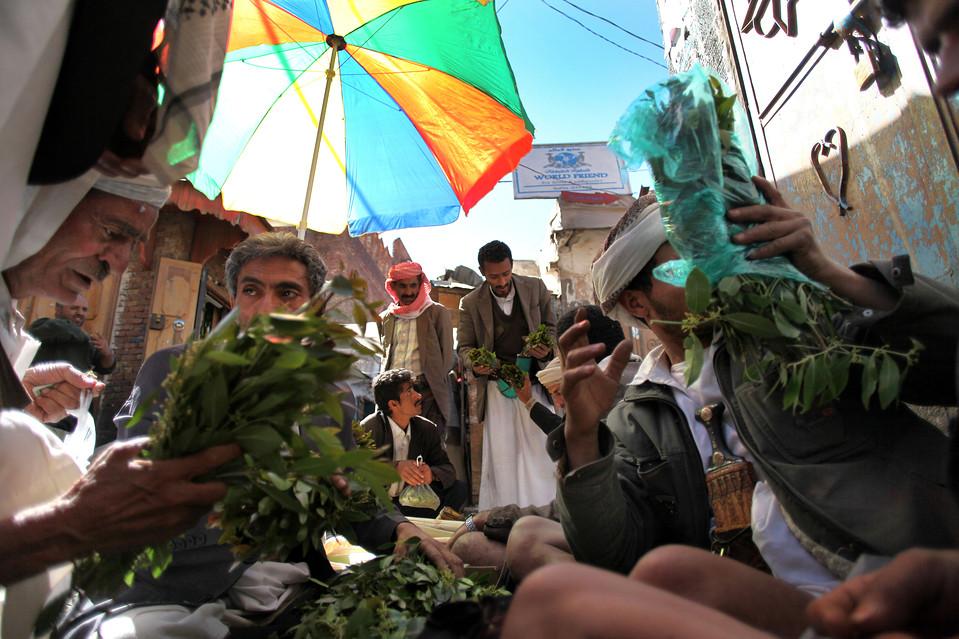 5.  Minggu ini, pasukan Yaman menewaskan setidaknya dua militan Al-Qaeda dan menangkap tujuh orang lagi.  Dalam gambar: pasar menjual nikah di Yaman ibukota Sana'a.  (Karim Ben Khelifa untuk The Wall Street Journal)