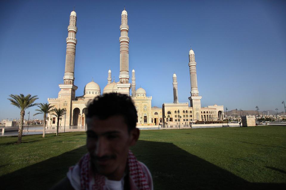 7.  Minggu ini, Menteri Luar Negeri Yaman mengatakan bahwa negaranya menentang segala intervensi langsung AS atau pasukan asing lainnya dalam memerangi Al-Qaeda.  Dalam gambar: baru dibangun masjid presiden, biaya $ 60 juta.  (Karim Ben Khelifa untuk The Wall Street Journal)