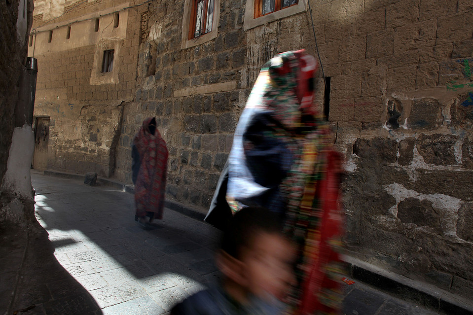 8.  Presiden Yaman Saleh dalam posisi yang sulit.  Dia tidak dapat melakukannya tanpa bantuan dari Washington, tapi pada saat yang sama dalam tentara dan intelijen negara kuat sentimen anti-Amerika.  Dalam foto: seorang wanita dalam burqa tradisional berjalan menyusuri jalan di Sana'a.  (Karim Ben Khelifa untuk The Wall Street Journal)