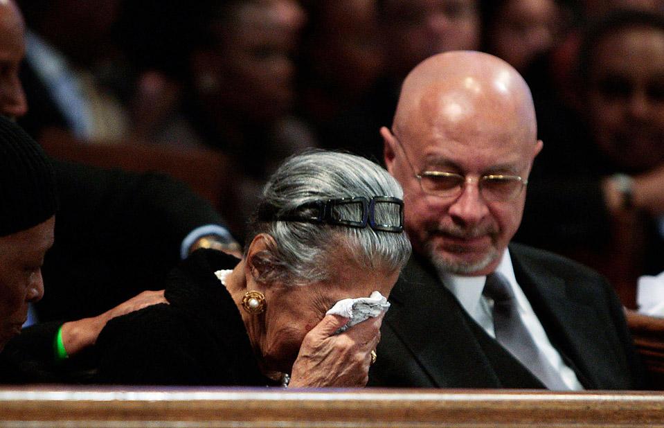 5) Литрис Саттон в Нью-Йорке на похоронах своего мужа, Перси Саттона — одного из первых адвокатов по защите прав темнокожего населения, бизнесмена и политика. Перси Саттон умер 26 декабря в возрасте 89 лет. (Chris Hondros/Getty Images)