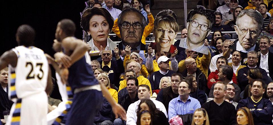 10) Фанаты держат плакаты с изображениями политиков во время баскетбольного матча между колледжами Маркетта и Джорджтауна в Милуоки. Маркетт выиграли со счетом 62-59. (Morry Gash/Associated Press)
