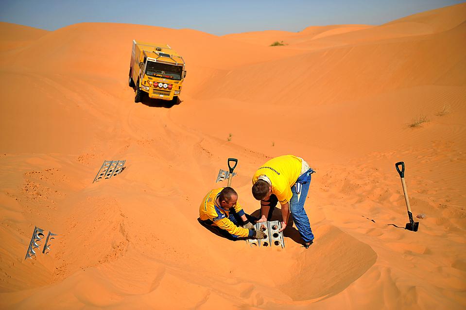 14) Команда венгра Миклоша Ковача выкапывает из песка свой автомобиль во время седьмого этапа ралли-рейда «AFRICA Eco Race». Гонка стартовала 30 декабря в Надор, Марокко. (Lionel Bonaventure/Agence France-Presse/Getty Images)