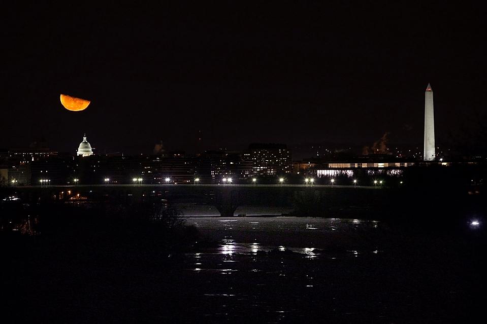 16) Полумесяц над Капитолием в Вашингтоне. (Hyungwon Kang/Reuters)