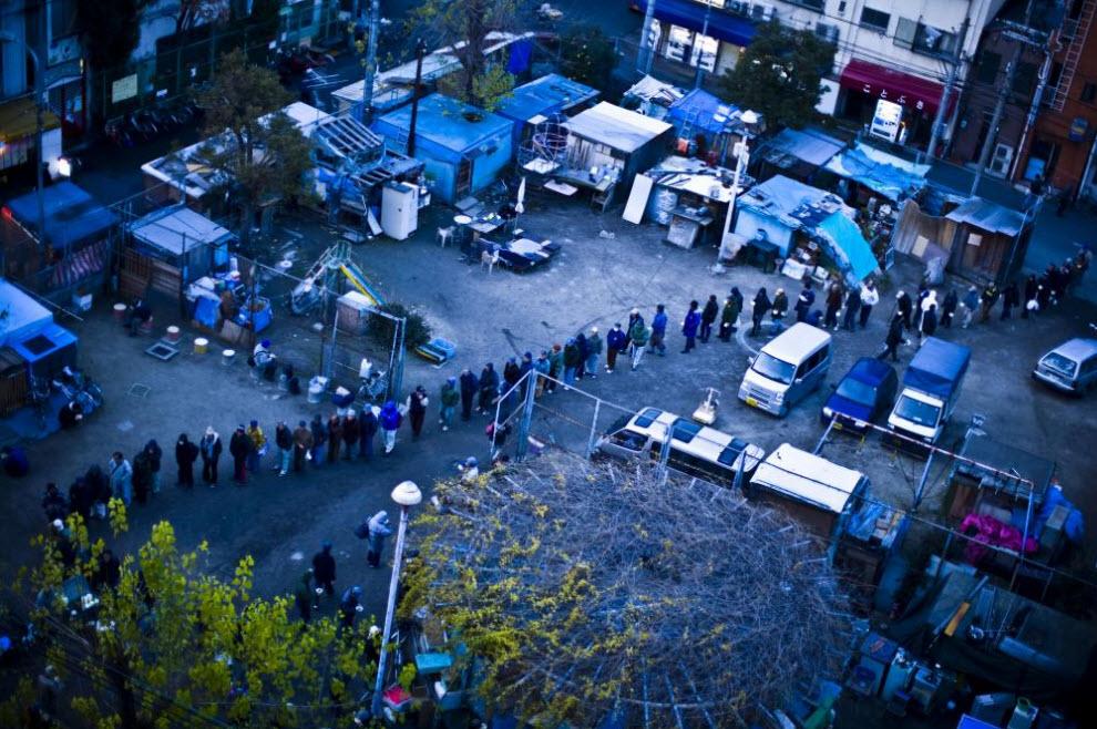 1. Люди стоят в очереди за бесплатной едой 20 января 2009 года в Осаке. (Shiho Fukada)